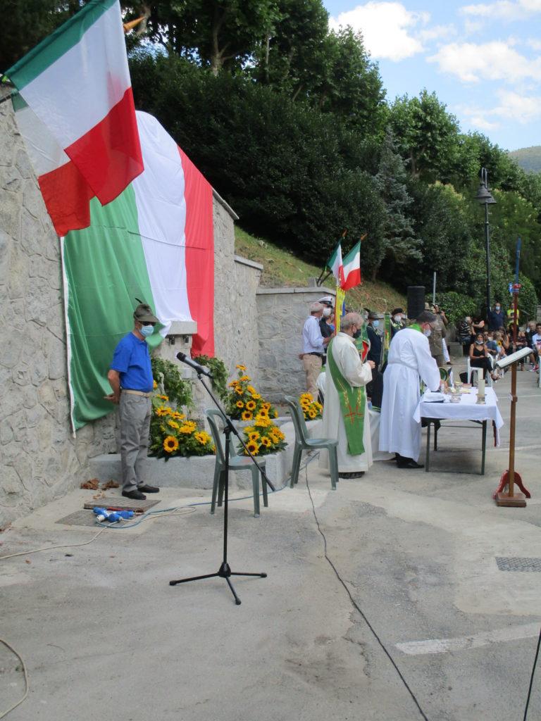 immagini della funzione davanti al monumento